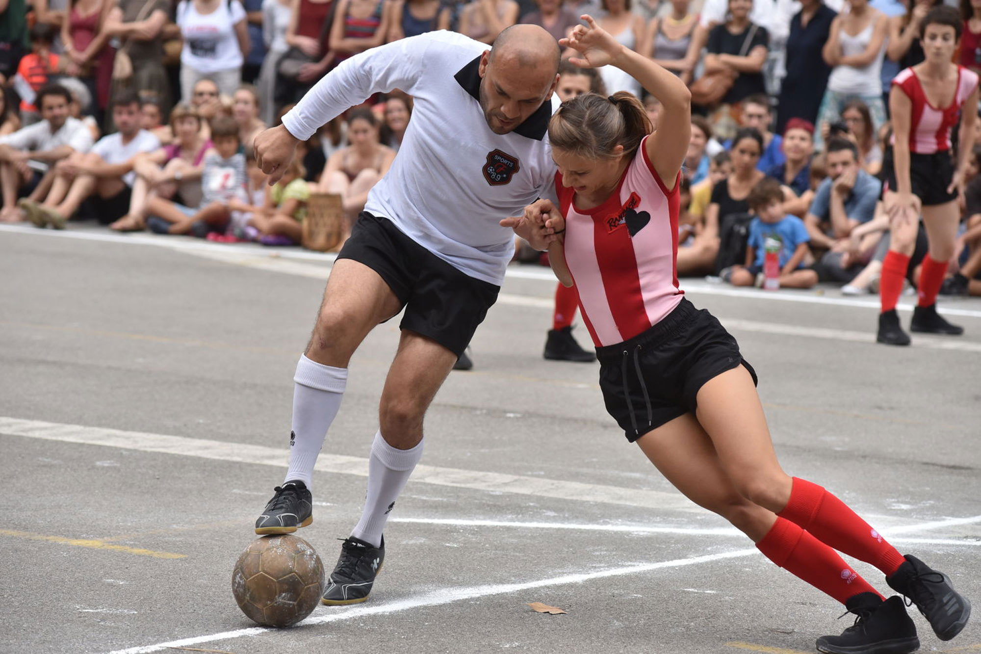 Footballer and dancer in Vero Cendoya's La Partida