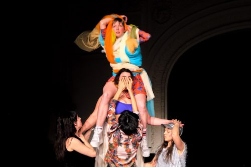 Woman held up by others in Veza Fernández dance theatre Wenn Auge Mund Wird