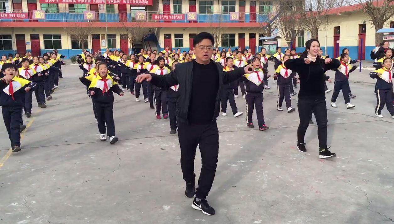Online, offline and in line: Chinese schoolchildren learn the shuffle
