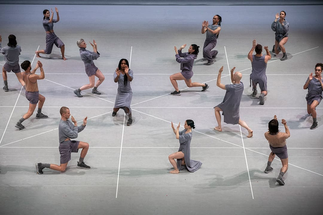 Spaced dancers in grey against a grey background in Jan Martens: any attempt will end in crushed bodies and shattered bones. Photo © Phile Deprez
